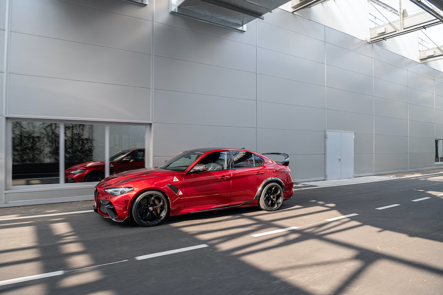 Alfa Romeo Giulia GTA Là mẫu xe mạnh nhất 2020 Của Ý, Torino hồi sinh bảng tên GTA lịch sử cho máy đánh bóng tầm nhẹ với 533 mã lực , Cản trước bằng carbonfibre, vòm bánh trước và các tính năng khác giúp g