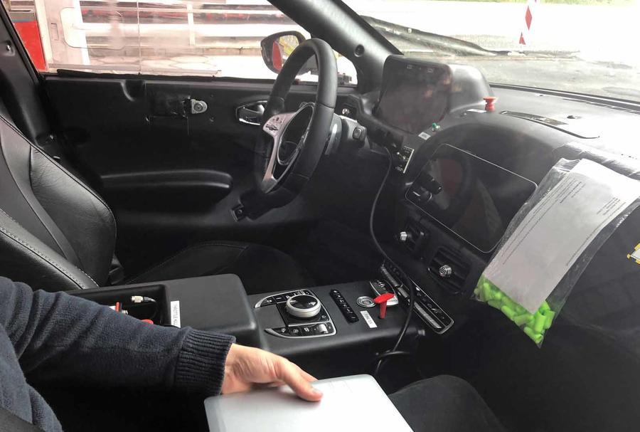 Mẫu Gầm Cao Aston Martin SUV DBX Mấy Phiên Bản, Giá Bao Nhiêu Khi Nhập khẩu chính hãng về Việt Nam, DBX SUV có option gì hơn Urus, Xe DBX được sản xuất và lắp ráp ở đâu, của nước nào, gía thấp nhất bao nh