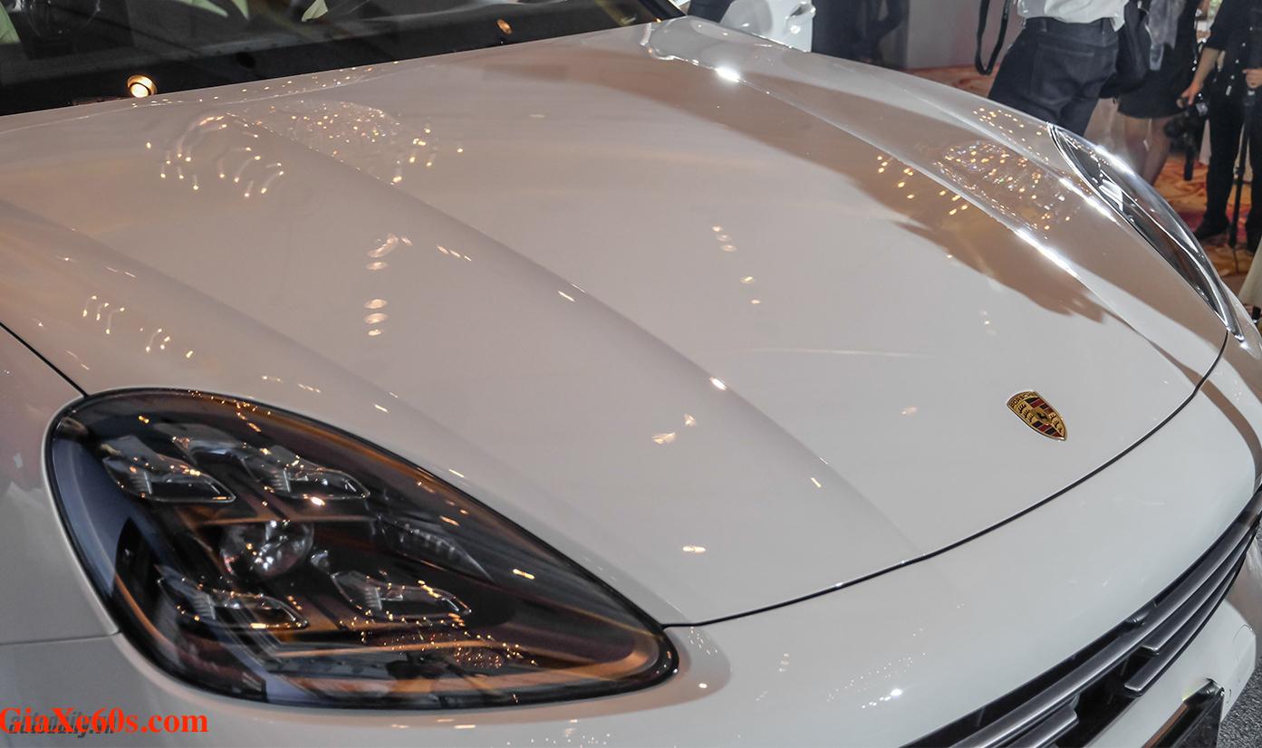 Phần đầu xe nắp capo của Porsche Cayenne COupe mới nhất màu trắng