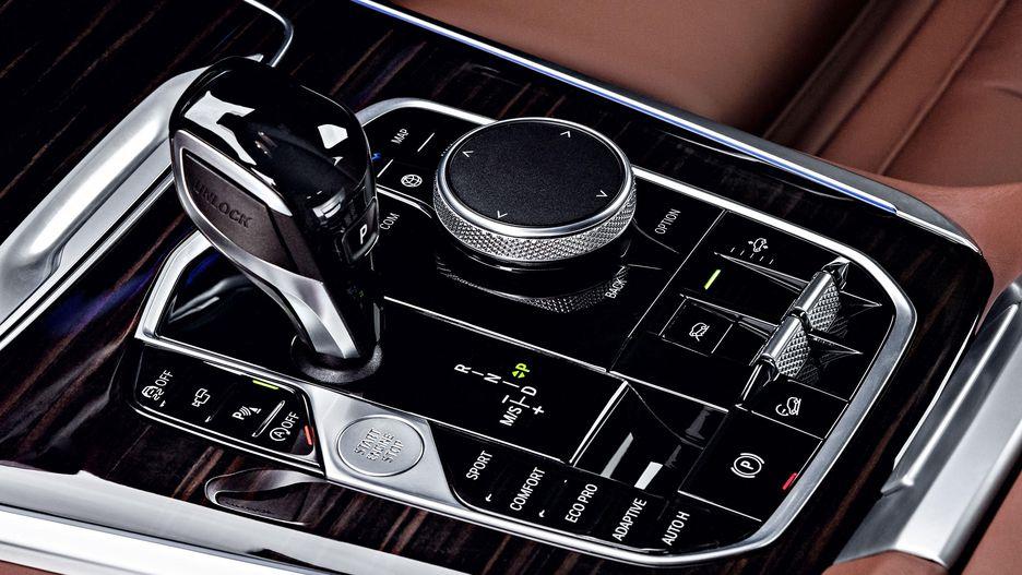 Hệ thống treo khí nén là tùy chọn trên BMW X5 mới. Ở tốc độ trên 138 km/h hoặc khi vận hành ở chế độ thể thao (Sport), xe tự động hạ thấp 0,8 inch; còn khi off-road sẽ tự nâng cao 1,6 inch. Giá Xe BMW X5 Đời Mới Nhất 2019 Ra Mắt Bao Nhiêu Tại Việt Nam, Giá Xe BMW X5 Bao Nhieu Tiền Tại Việt Nam - Mẫu 7 Chỗ Hạng Sang, bao nhiêu xe cũ 5+2 X5 Máy dầu và xăng