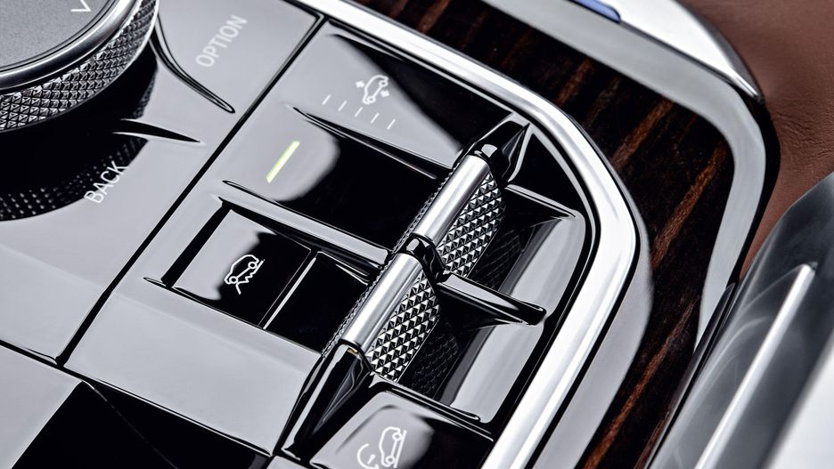 Hệ thống treo khí nén là tùy chọn trên BMW X5 mới. Ở tốc độ trên 138 km/h hoặc khi vận hành ở chế độ thể thao (Sport), xe tự động hạ thấp 0,8 inch; còn khi off-road sẽ tự nâng cao 1,6 inch., Giá Xe BMW X5 Đời Mới Nhất 2019 Ra Mắt Bao Nhiêu Tại Việt Nam, Giá Xe BMW X5 Bao Nhieu Tiền Tại Việt Nam - Mẫu 7 Chỗ Hạng Sang, bao nhiêu xe cũ 5+2 X5 Máy dầu và xăng