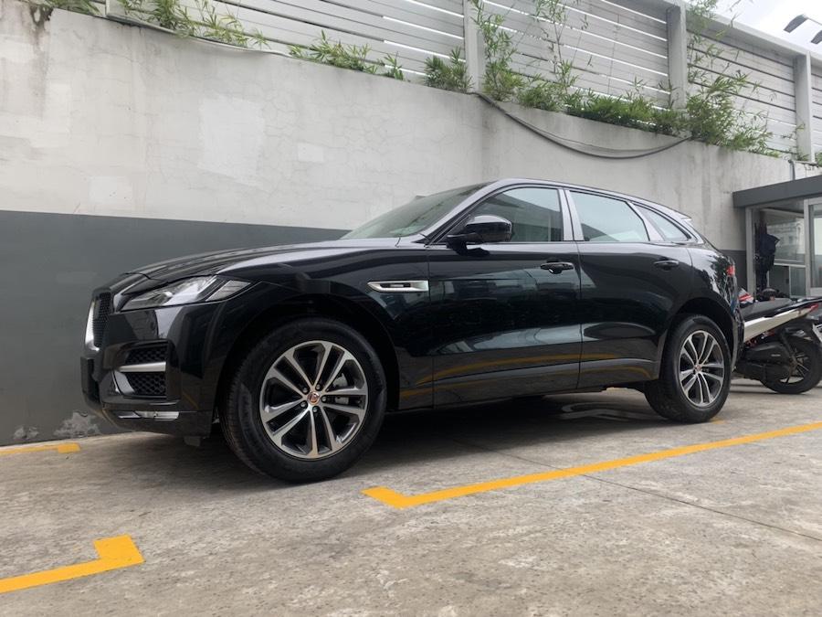 Gia Xe Jaguar 5 Chỗ F-Pace của nước Anh Quốc Sản Xuất Bao Nhieu Tiền Tại Việt Nam Phiên Bản 2.0 Mẫu Mới 2020 Màu Đen, SUV gầm cao của Jaguar sản xuất tại nước nào, Jaguar của nước nào sản xuất, Jaguar của ca sĩ Hồ Ngọc Hà Là Jaguar