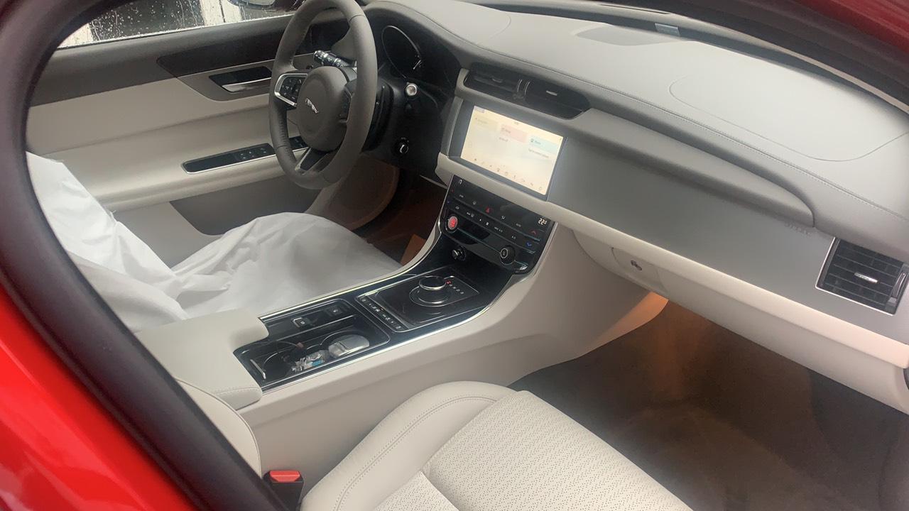 Jaguar XF Prestige màu đỏ nội thất màu kem sang trọng