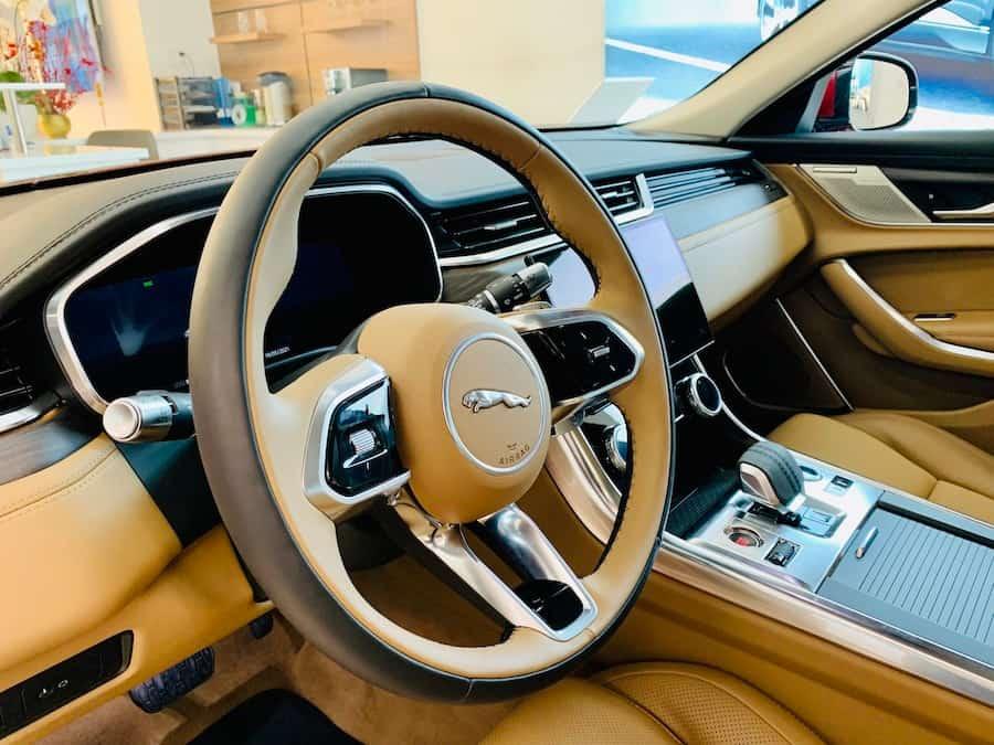 Nội thất mới của Jaguar xf 2022 sang trọng và hiện đại lẫn tiện nghi nhiều hơn.