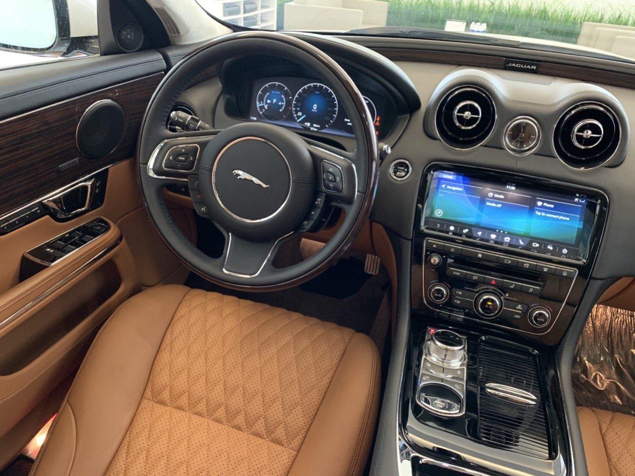 bên trong nội thất jaguar xjl màu nâu da bò rất sang trọng