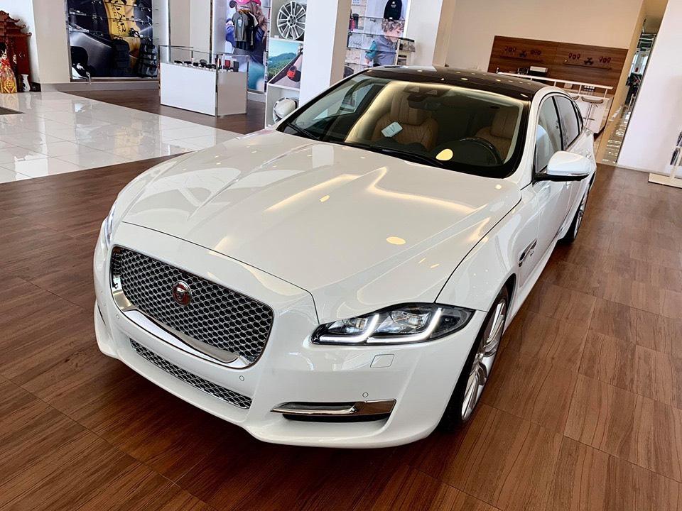 đầu xe Jaguar XJL trắng dược đánh giá rất đẹp hơn các hãng khác rất nhiều