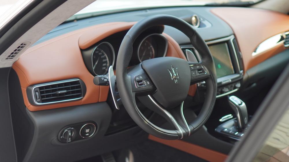 Nội thất của maserati levante được kết hợp nhiều tông màu và chất liệu  cao cấp.