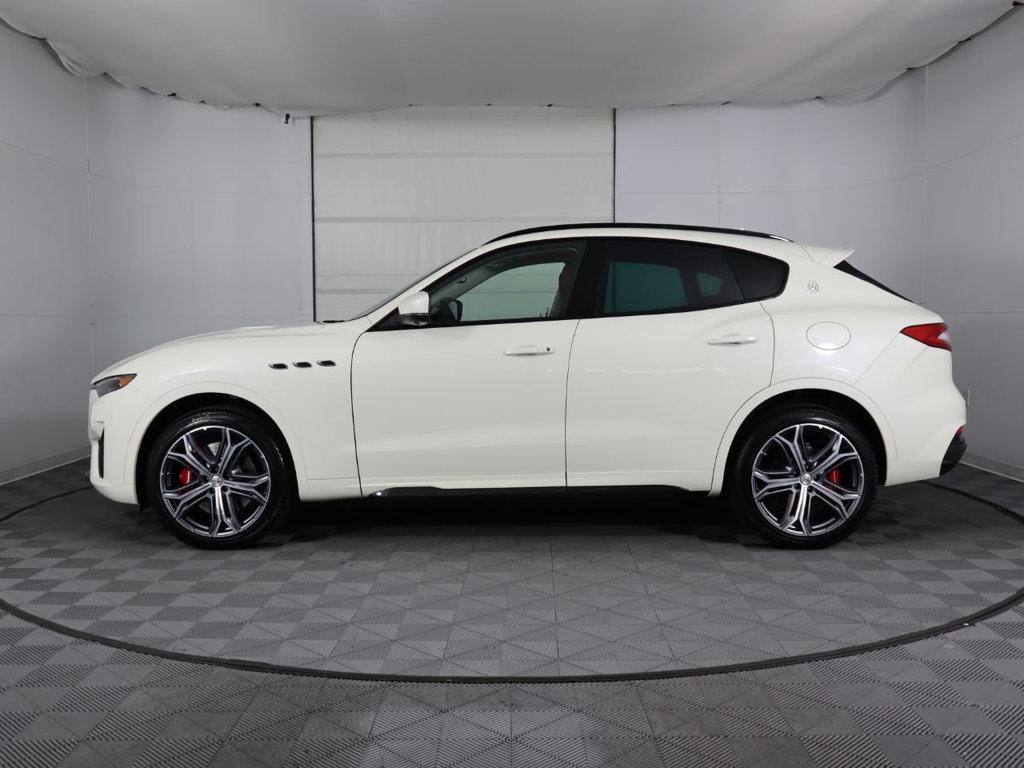 Maserati Levante Trofeo Màu Trắng Chiếc SUV Có Giá Đắt Nhất Của Ý Ra Mắt Tại Việt Nam năm nay, có 3 màu là đen, xám, trắng cùng nội thất nâu da bò và đen kết hợp đỏ,