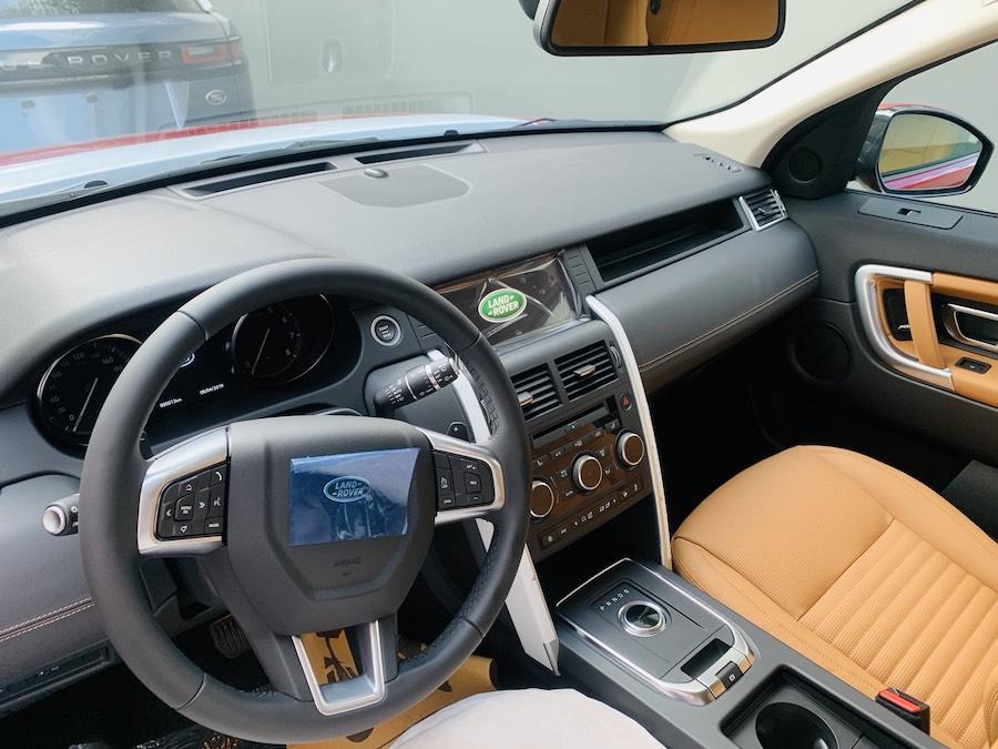 phần khoang lái Mẫu xe Land Rover Discovery Sport Phiên Bản HSE Luxury Màu Đỏ.