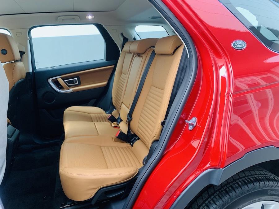 ghế thứ 2 màu nâu da bò: Mẫu xe Land Rover Discovery Sport Phiên Bản HSE Luxury Màu Đỏ.