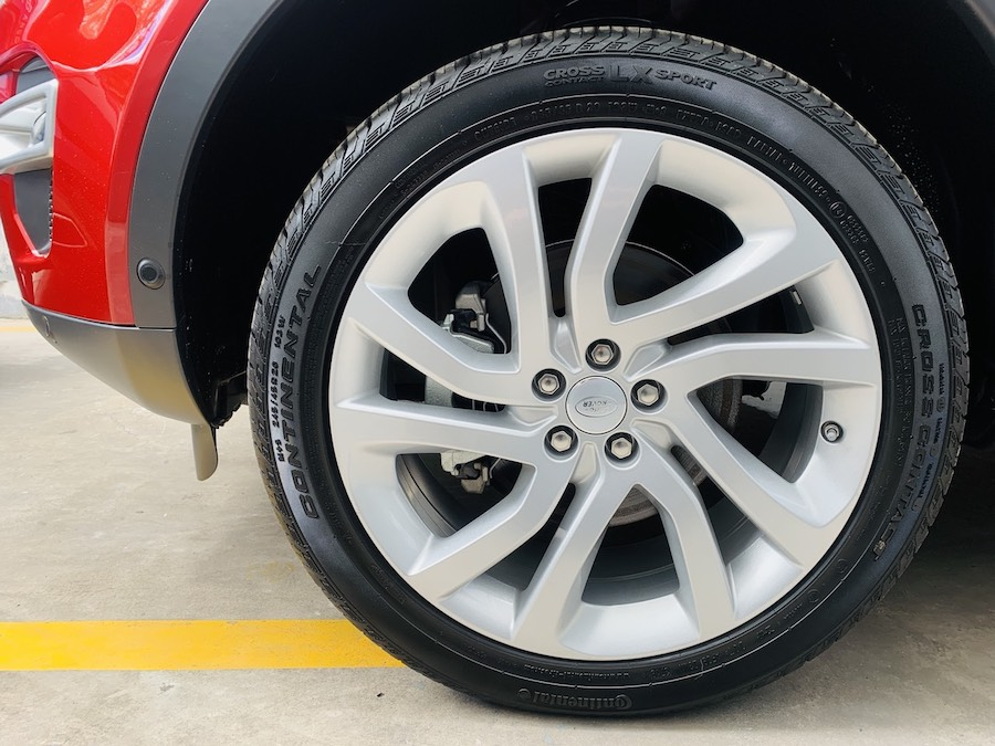 bánh xe kích thước R20 : Mẫu xe Land Rover Discovery Sport Phiên Bản HSE Luxury Màu Đỏ.