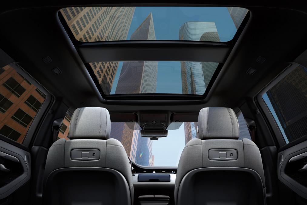 Range Rover Evoque 2020 có cửa số trời trượt mở được